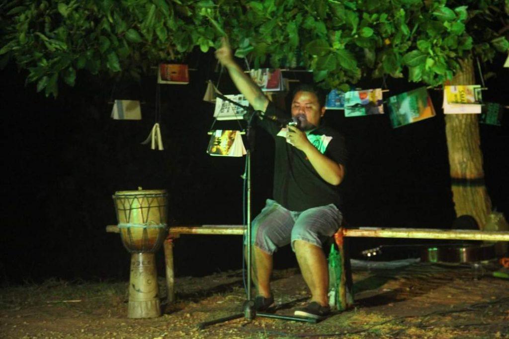 Pak Rudi sedang membaca Puisi di acara Kemah Pustaka 2016 yang diikuti pelajar dan mahasiswa Enrekang